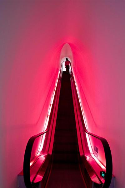 Escaleras rosas con iluminación neón
