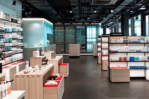 https://www.thedreamfactory.es/wp-content/uploads/2019/05/mobiliario-farmacia-zur-rose.jpg