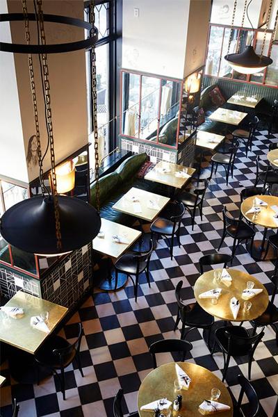 Restaurante con mesas doradas